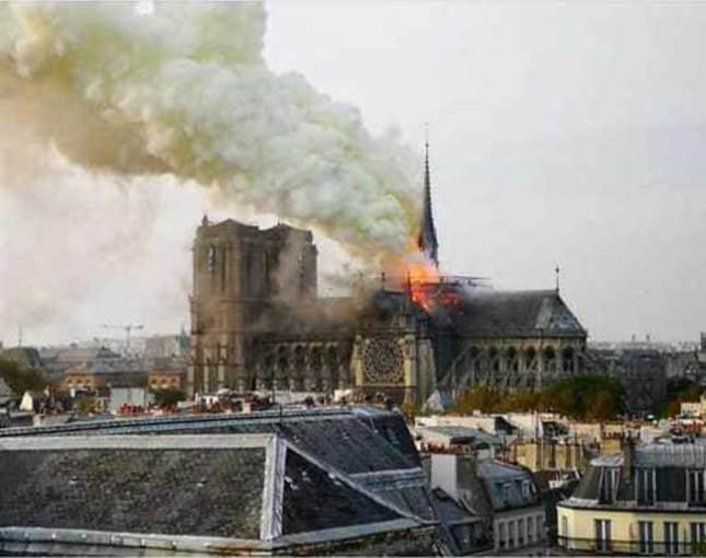 Notre-Dame de Paris avec des fumées jaunes