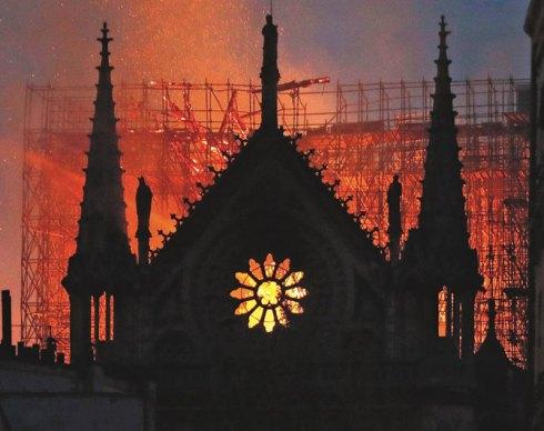Notre-Dame brûle !...