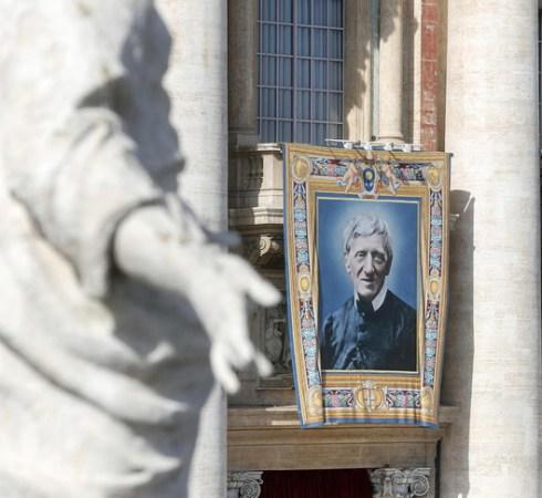 Le portrait du cardinal John-Henry Newman sur la place Saint-Pierre, à Rome