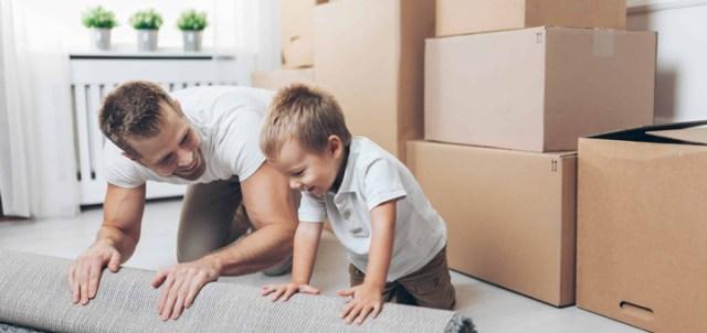 papá niño mudanza cajas