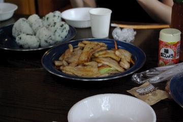 朝食:豚肉と野菜炒めとおにぎり