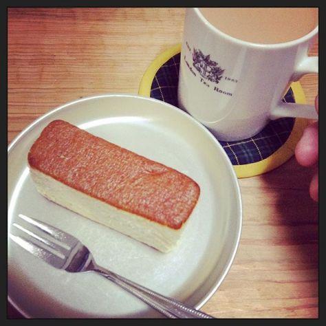 ふわっとした #カステラ と #ミルクティー #おいしい ちょっと #しあわせ #teatime (Instagram)