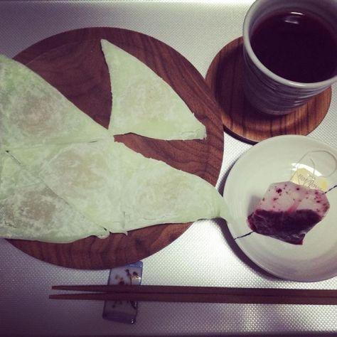 青りんごの八ッ橋と濃ゆい色のハーブティー。 #お茶の時間 #不思議 #食い合わせ #ほうじ茶 #いれよ (Instagram)