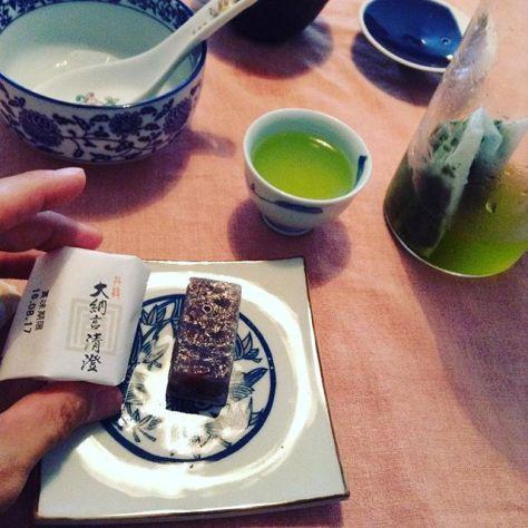 お茶班で、大阪玉造の中国茶サロン #可笑的花 の #お持ち寄り茶会 に参加。予め準備すると、おしゃべりできて良かった(*^^*) 水出し二種「ブラウン、フィルターインボトル(小)、静岡 釜茶柴本 すっきり香 釜茶」「レッド、フィルターインボトル(大)、鹿児島 小牧緑峰園 峰の誉 紫パッケージ」軽く煮出し後、冷却「鹿児島 小牧緑峰園 べにふうき ティバッグ、国産紅茶」氷出し「京都福寿園本店地下一階京の茶蔵、キミと僕とお月様(オリジナルブレンド茶)、玉露」 (Instagram)