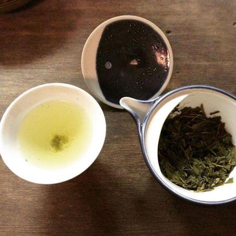 お月さんのように見える蓋の裏。あったかいお茶がいれたい。 #お茶の時間 #玉露 #朝日焼 #宇治茶 じゃないよ^^; (Instagram)