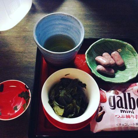 やすみやすみ飲んで、他のも飲んで、終わりにしよかと。めちゃ復元した茶っ葉。赤に合わせてイチゴチョコと。 #teatime #チョコ (Instagram)