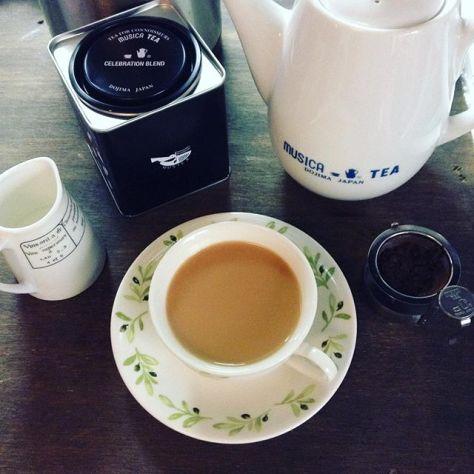 このティーキャディー、気合い入ってるよね。3杯目は濃くなったからミルクティーで。 #ムジカティー #セレブレーションブレンド #紅茶 #セイロンティー #原地詰め (Instagram)
