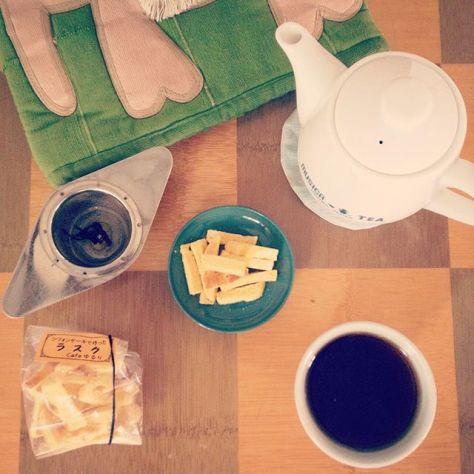 シフォンのラスクはやさしく、紅茶のやまなみはやわらかくあおい。リスタートの日、サンキュ! #種ノ箱 #南山城村 #Cafeゆるり #宮﨑茶房 (Instagram)