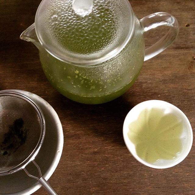 まだ暑い季節。水出しのお茶は涼しげ。 #種ノ箱 #水出し #煎茶 (Instagram)