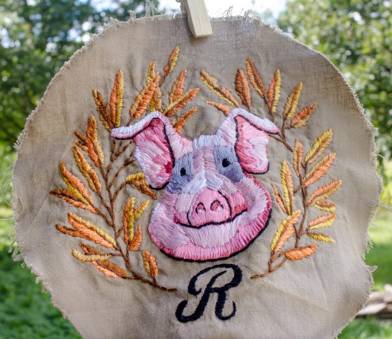 Broderie roupette cochon