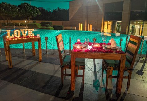 poolside dining by Marriott