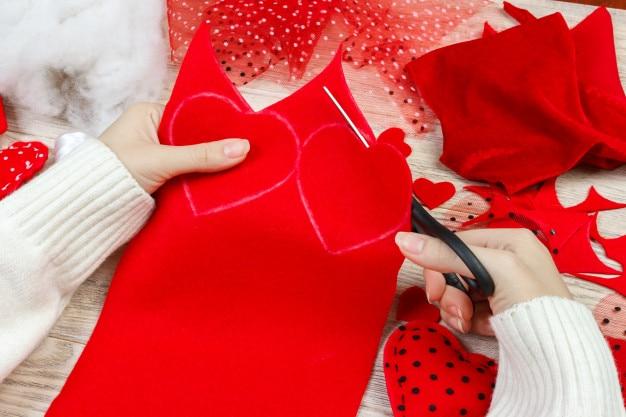 11 Wonderful Ways to Celebrate Valentine's Day in 2021-making card