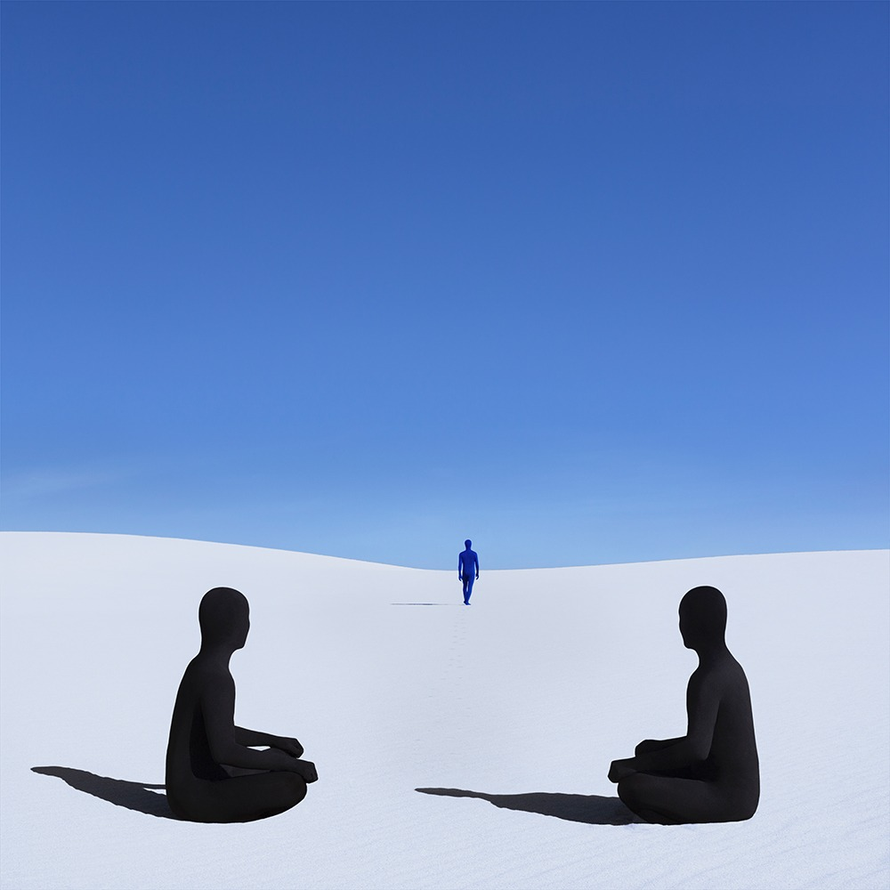 Gabriel Isak photo: Three people on sand desert