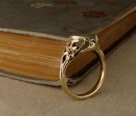 Art-nouveau iris ring with sapphire; 14K
