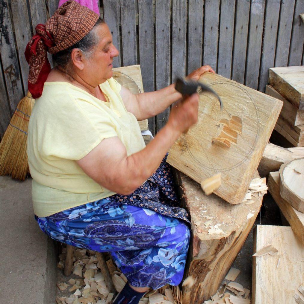 Artisan sculpteur sur bois, Babeni, Roumanie