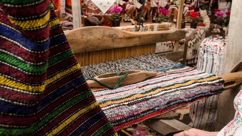 Fabrication d'un tapis en tissus recyclés ©stiri.botosani.ro