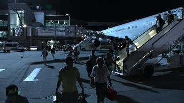Passagiere verlassen die Boeing 757 der Condor in Airport Rhein/Main