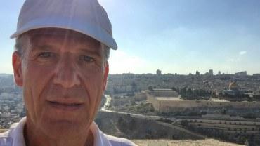 Der Autor in Jerusalem vor der Kulisse des Tempelbergs