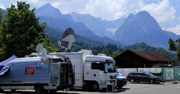 Übertragungswagen im Medienzentrum zum G7-Gipfel 2015