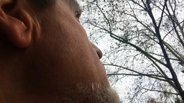Christoph schaut in den Himmel