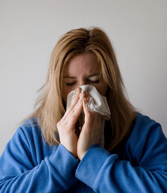 gripe mulher limpando o nariz