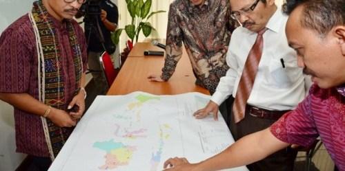 Perwakilan dari AMAN, Satgas REDD+ dan Jaringan Kerja Pemetaan Partisipatif mendiskusikan One Map Indonesia. Leo Wahyudi S./Satgas REDD+