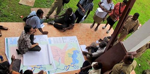 Pendapatan tidak langsung dari REDD+ berhubungan dengan bagaimana implementasi REDD+ dapat memberikan kejelasan tentang masalah kepemilikan tanah, peningkatan manajemen dan pengelolaan hutan, dan peningkatan layanan ekosistem misalnya pengadaan air. Mokhammad Edliadi/CIFOR