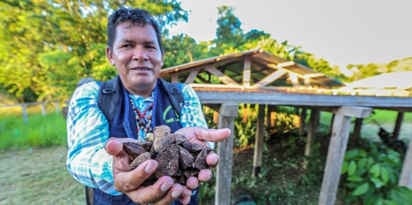 Sergio Perea, presidente de la comunidad nativa Tres Islas, en Perú, explica que el comercio de castaña, agroforestería y turismo son las actividades con las que esperan mejorar sus medios de vida.