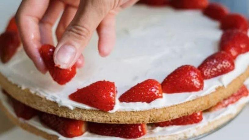 Todo lo que necesitas para hornear un pastel de fresa