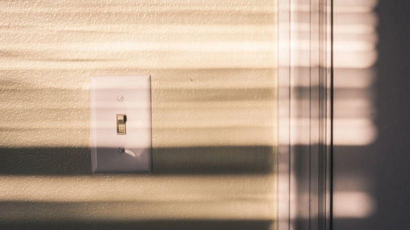 Aprende a cambiar un contacto de luz de forma sencilla