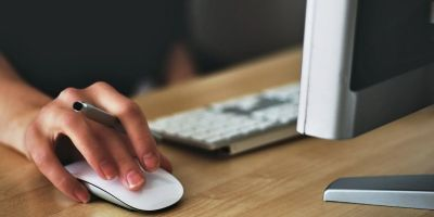 Cuida tus manos al usar la computadora con un mouse ergonómico