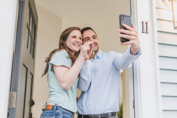hombre y mujer tomando foto en su nueva casa - Claroshop