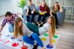 ¡Diviértete jugando Twister con tus amigos!