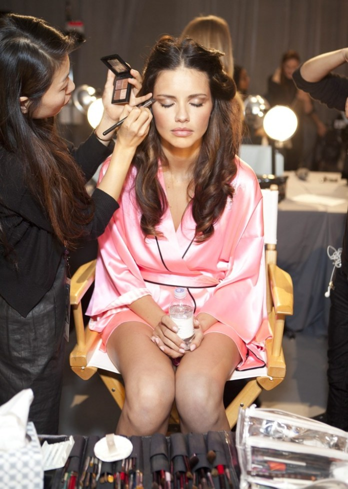 adriana-lima-2012-victoria-s-secret-fashion-show-backstage-04