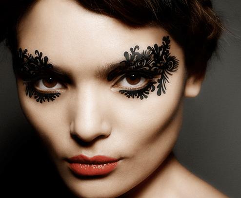 Eyeliner in stickers davvero originali, quasi come un tattoo sul viso!