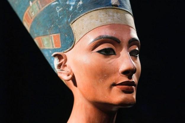 Ecco la regina Nefertiti in tutto il suo splendore, in parte dovuto anche certamente al makeup! Sopracciglia definite, occhi definiti con il nero e bocca rossa!