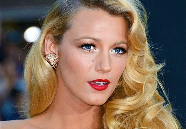 Blake-Lively-Wallpaper-chair-family-31792131-1024-768