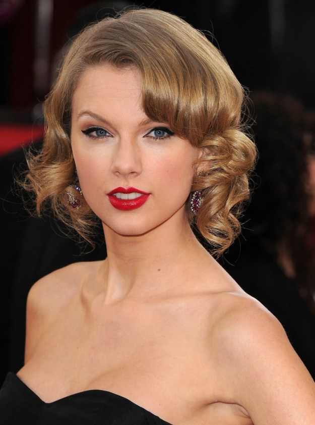 Taylor-Swift-signature-hair-makeup-look-instant-classic