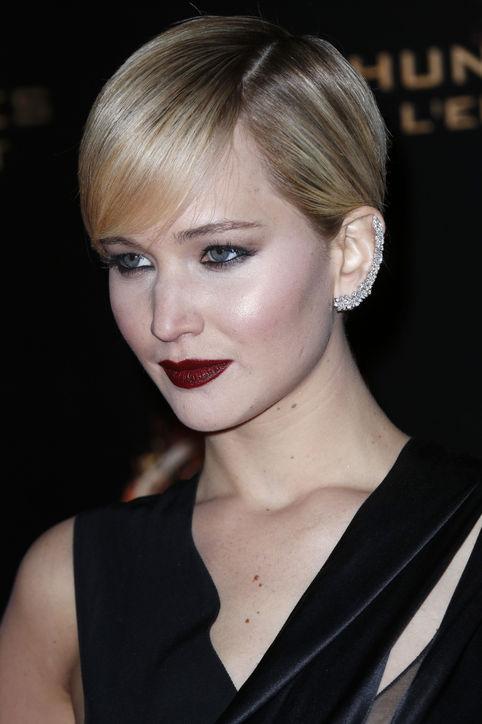 jennifer-lawrence-dark-lipstick-smoky-eyes-side-h724