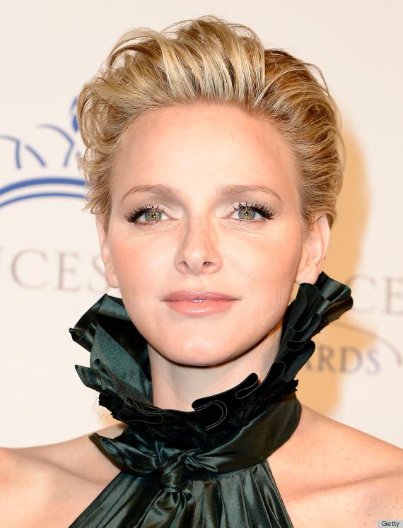 Eccola con un rossetto nude-albicocca, pelle luminosa, quasi zero blush e occhi definiti con l'eyliner!
