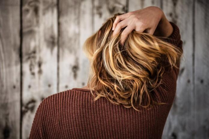 cliomakeup-errori-capelli-spezzati-estate-balsamo