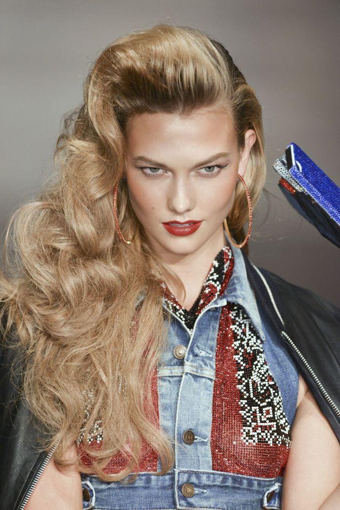 cliomakeup-acconciature-capelli-autunno-2018-onde-lato-karlie-kloss-pinterest.jpg
