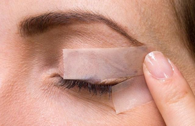 cliomakeup-come-applicare-eyeliner-scotch1.jpg