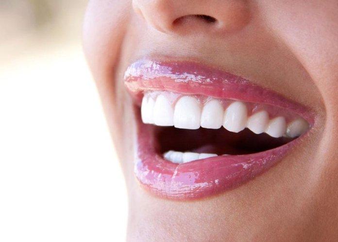 cliomakeup-denti-gialli-makeup-2-gloss-azzurro