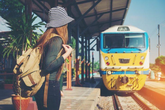 ragazza aspetta il treno per Interrail