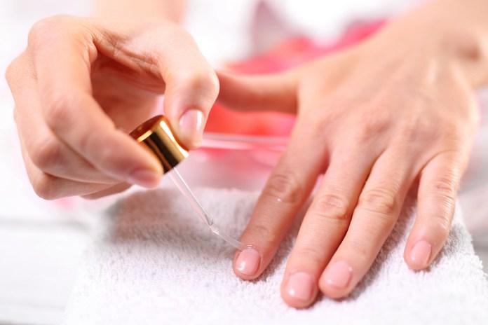 cliomakeup-rimedi-unghie-fragili-prodotti-trattamenti-18-applicazione-olio
