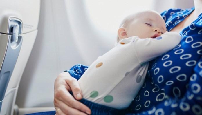 cliomakeup-affrontare-viaggio-aereo-neonato-10-bimbo-dorme