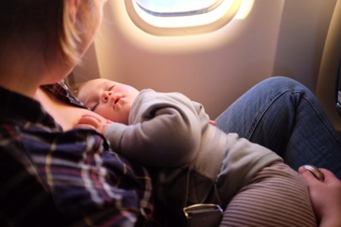 cliomakeup-affrontare-viaggio-aereo-neonato-12-mamma-in-volo