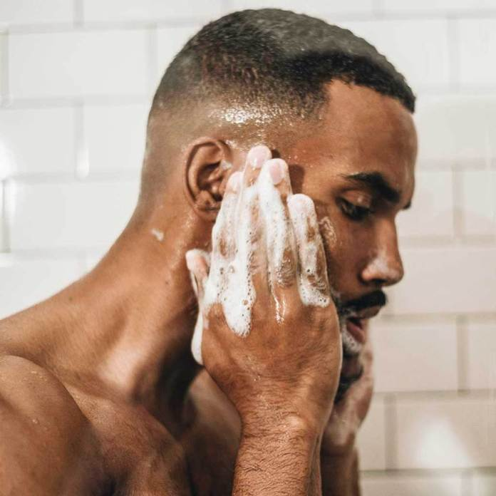 Cliomakeup-curare-barba-uomo-4-lavaggio-quotidiano