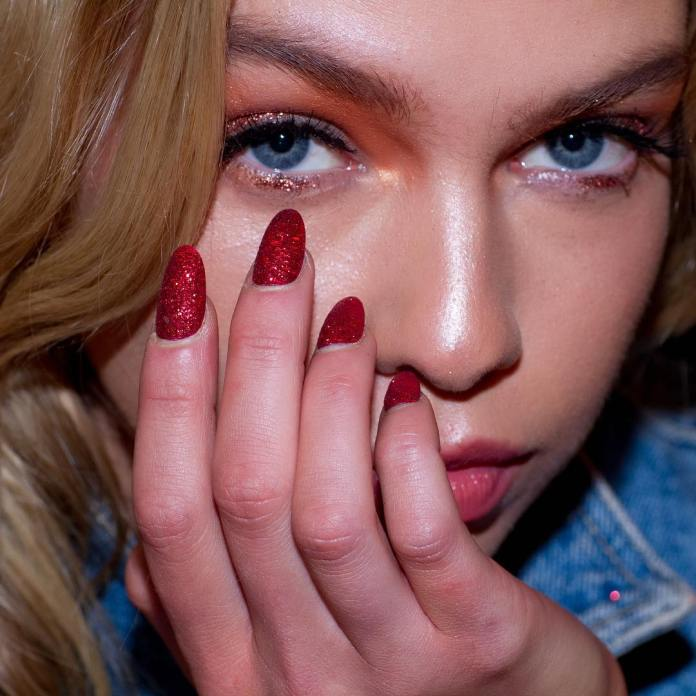 Cliomakeup-unghie-natalizie-4-rosso-glitter